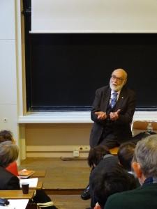 Prof. Englert answering questions after his Seminairé Poincaré talk.